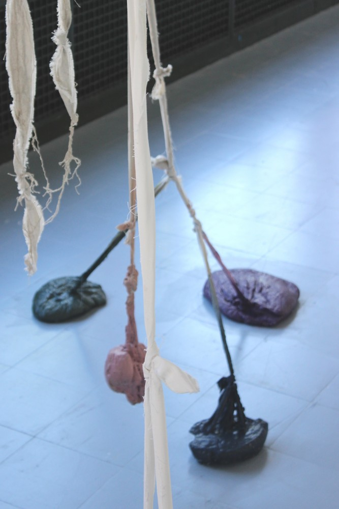 The sculpture, peinture acrylique, toile de lin et tasseaux